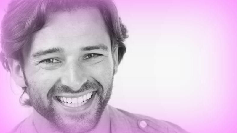 sorriso autentico che coinvolge i muscoli del viso e degli occhi